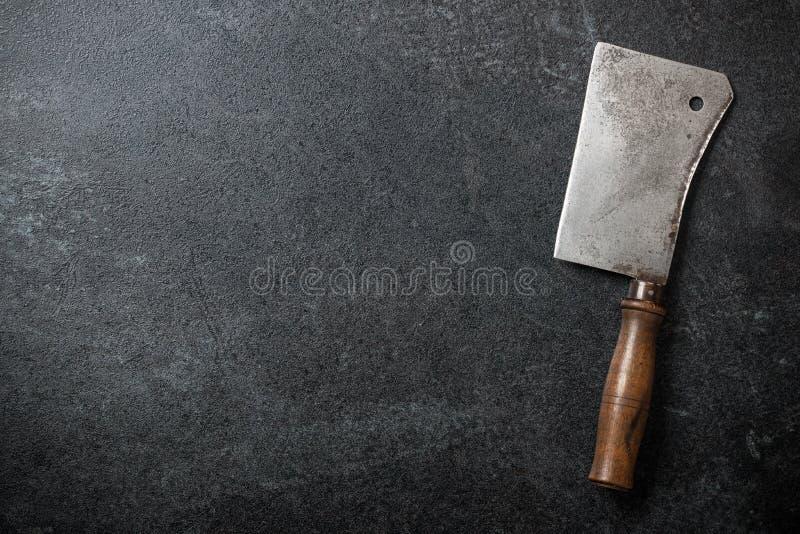 Cuchilla del carnicero del vintage en la pizarra imagenes de archivo