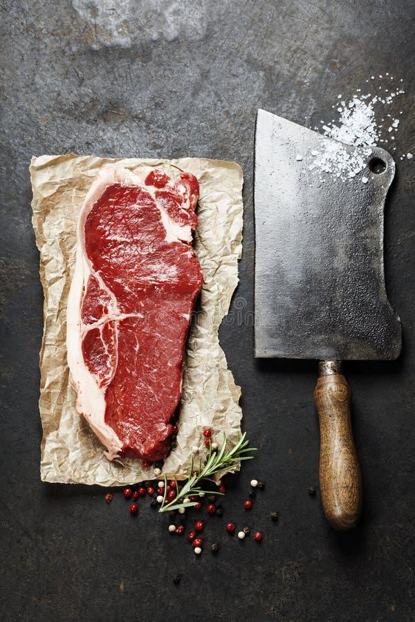 Cuchilla del vintage y filete de carne de vaca crudo imagen de archivo