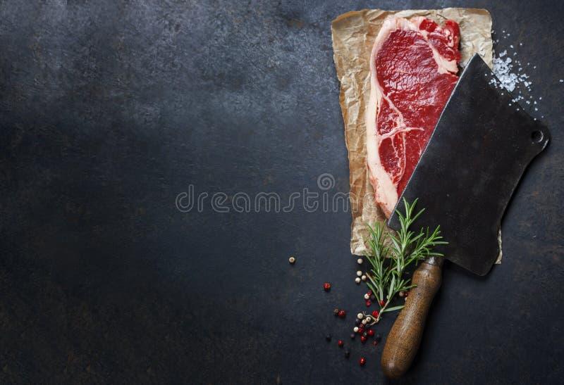 Cuchilla del vintage y filete de carne de vaca crudo foto de archivo libre de regalías