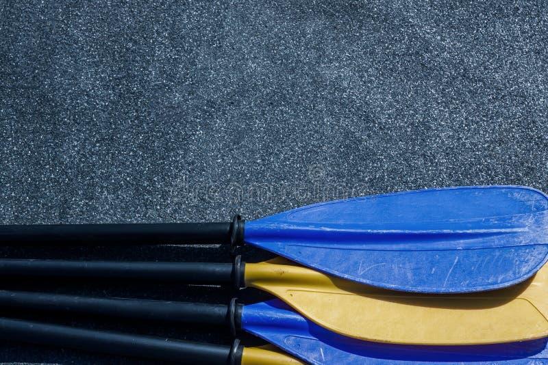 Cuchillas azules y amarillas de la paleta que colocan en el fondo texturizado gris fotos de archivo