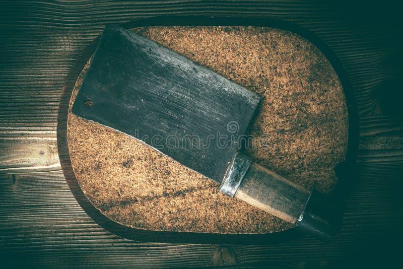 Cuchillas de la carne de matadero del vintage en tablero del corcho fotos de archivo