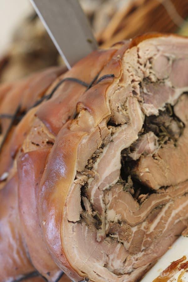 Cuchillo en el cerdo de carne asada imagen de archivo libre de regalías