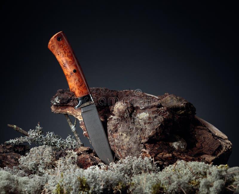 Cuchillo hecho a mano en combate de cazador La hoja tiene un hermoso patrón de damasco, mango - titán y elmo fotos de archivo