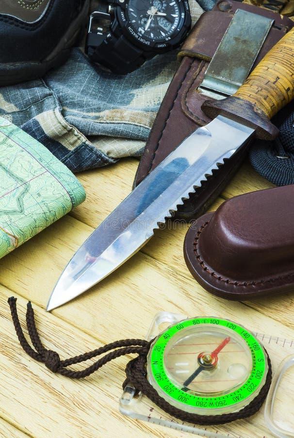 Cuchillo rodeado por el equipo turístico imagen de archivo libre de regalías