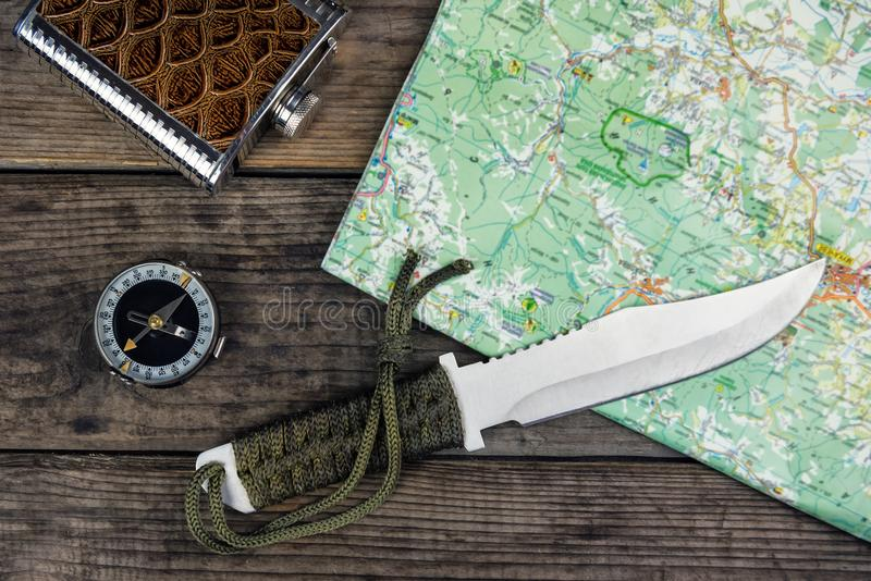 Cuchillo y mapa del compás fotos de archivo libres de regalías
