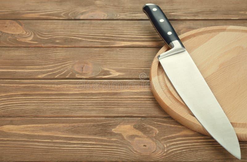 Cuchillo y tabla de cortar de cocina imagen de archivo libre de regalías