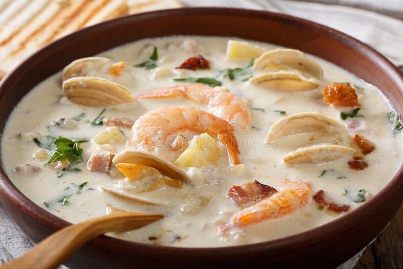 Cucina americana: Macro della minestra della zuppa di molluschi e latte della Nuova Inghilterra horizonta fotografie stock libere da diritti