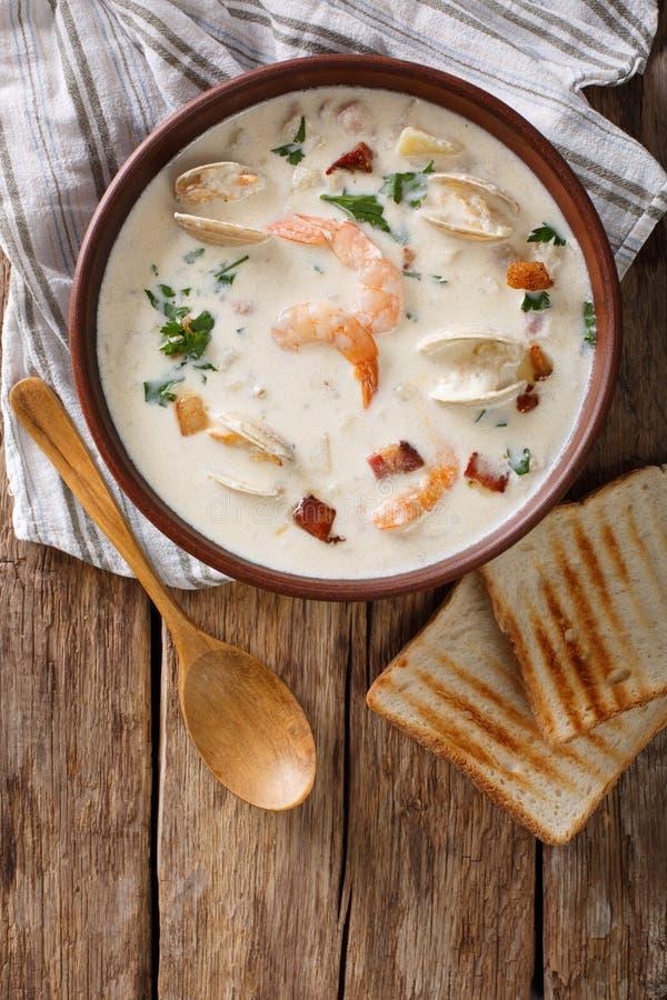Cucina americana: Primo piano della minestra della zuppa di molluschi e latte della Nuova Inghilterra Vertica fotografie stock