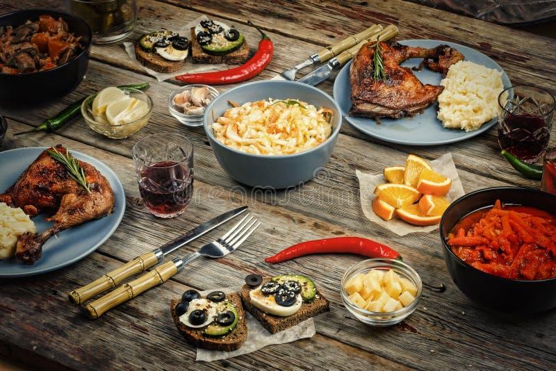 Cucina americana, tavola di cena, pollo arrosto, funghi stufati fotografia stock