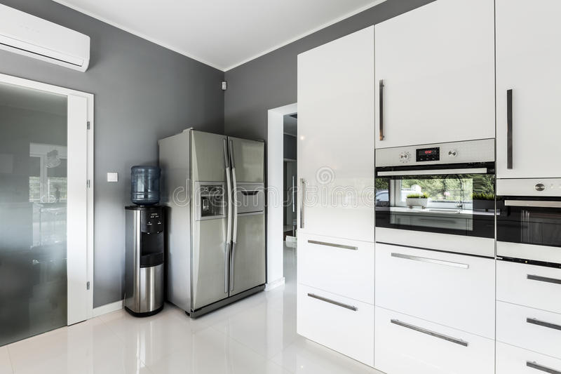 Cucina aperta alla moda di piano con il frigorifero d'argento fotografia stock libera da diritti