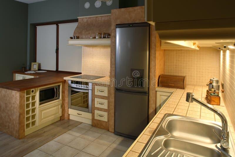 Cucina bene ammobiliata fotografia stock libera da diritti