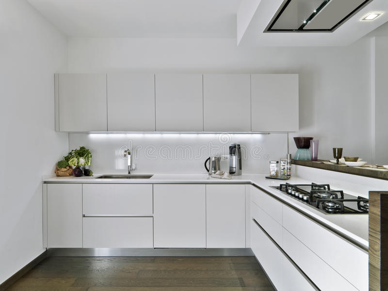 Cucina bianca moderna immagine stock. Immagine di colpetto - 23770395