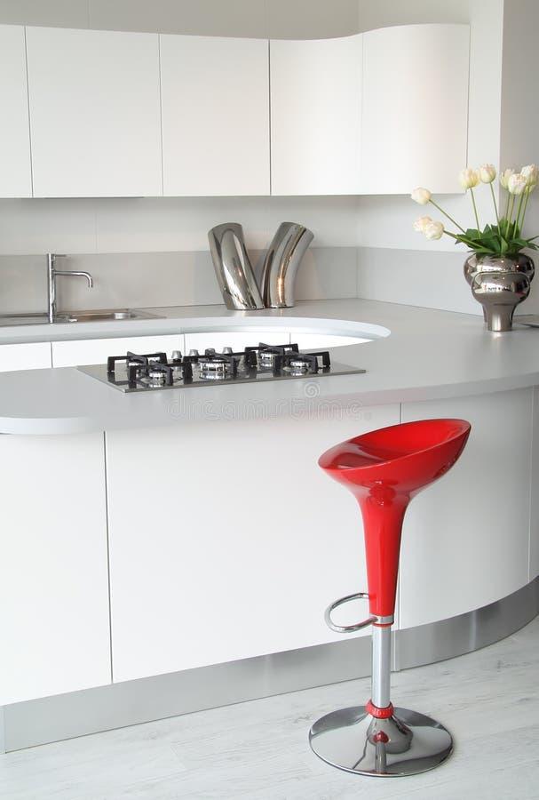 Cucina bianca e sgabello rosso fotografia stock immagine for Sgabelli rossi