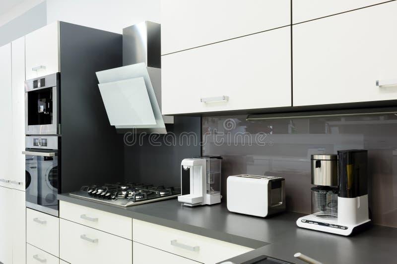 Cucina bianca moderna, interior design pulito immagini stock