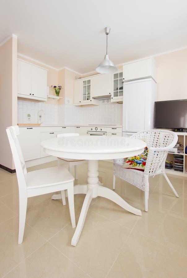 Cucina Bianca Moderna Con Tavolo Antico.Cucina Bianca Moderna Immagine Stock Immagine Di Proprieta 27373169