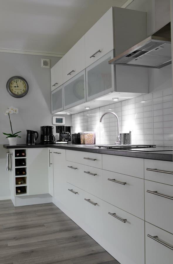 Cucina bianca nella vista verticale immagine stock