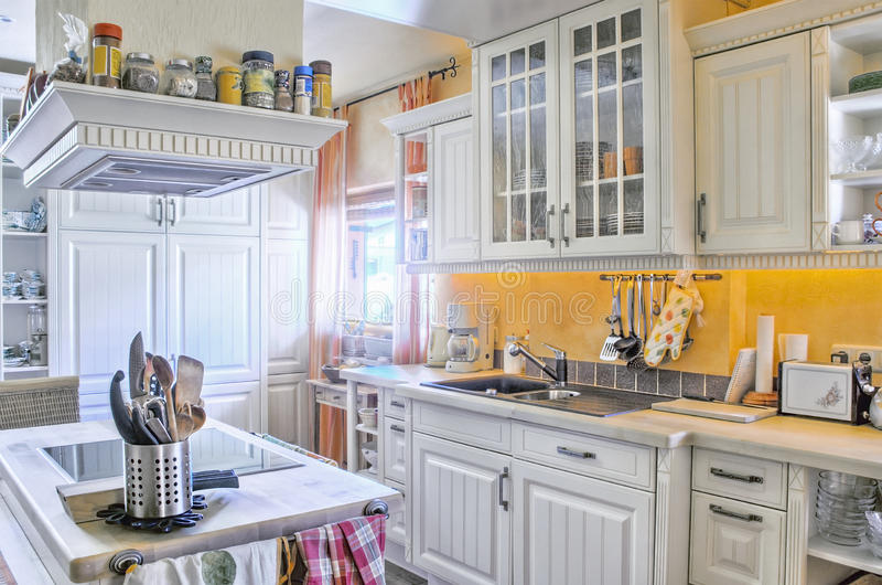 Cucina bianca nello stile di paese immagini stock