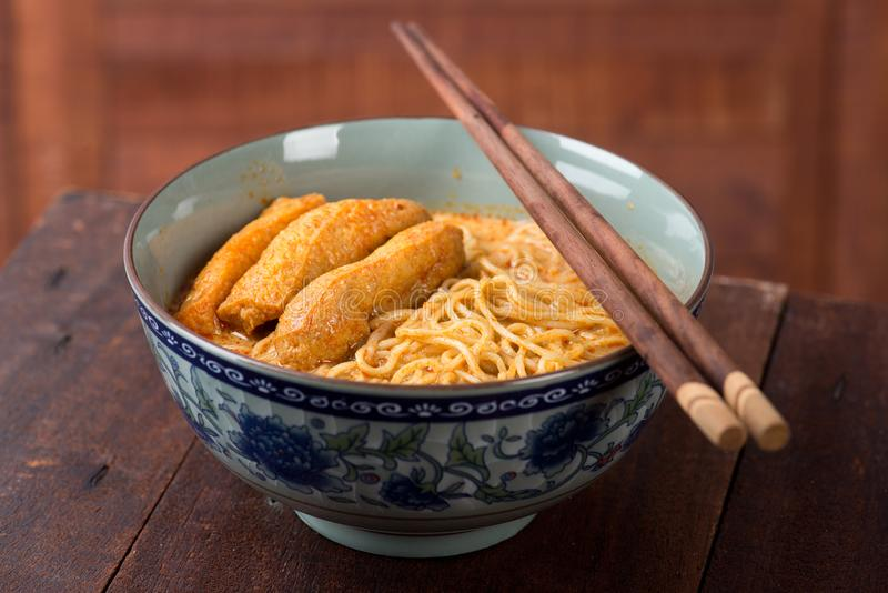 Cucina calda e piccante dell'asiatico delle tagliatelle di Laksa del curry fotografia stock libera da diritti