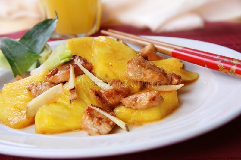 Cucina cinese - pollo della frittura di Stir con gli ananas fotografia stock libera da diritti