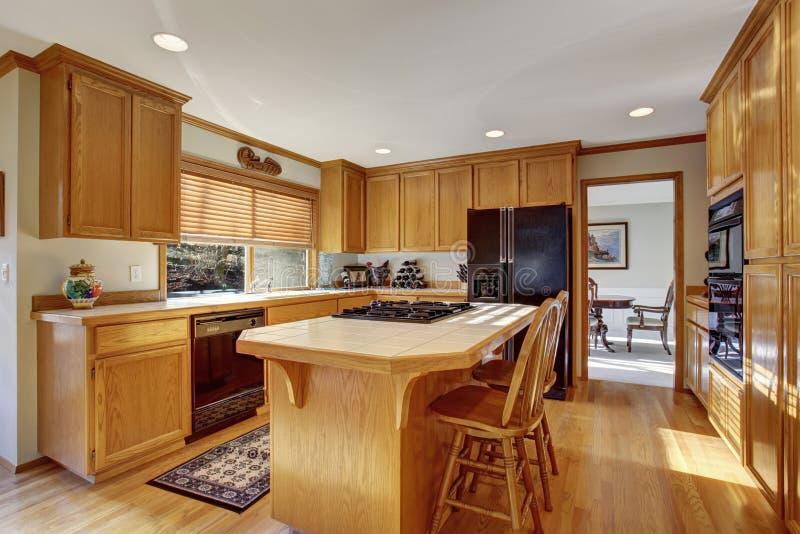 Cucina classica con il pavimento e l 39 isola di legno duro immagine stock immagine di bianco - Cucina classica con isola ...