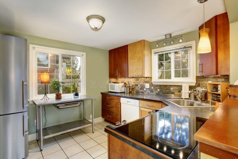 Cucina classica con le pareti verdi e pavimentazione in piastrelle bianca immagine stock - Cucina classica bianca ...