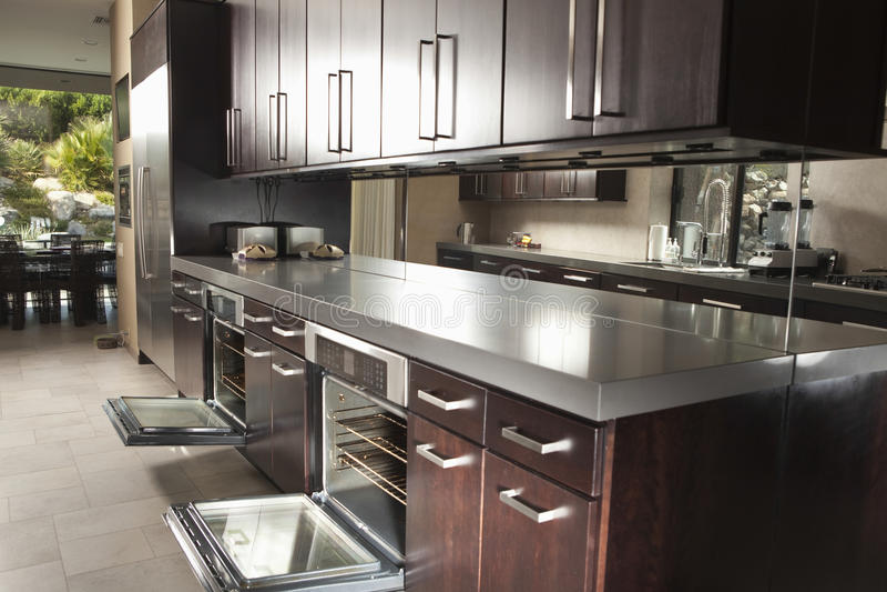 Cucina commerciale con Oven And Cabinets aperto immagine stock libera da diritti