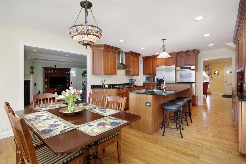 Cucina con cabinetry di legno della ciliegia fotografie stock