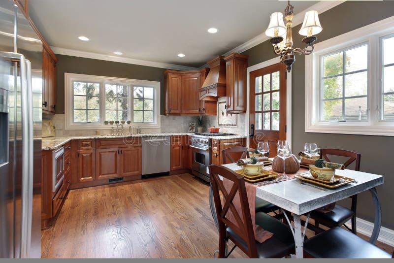 Cucina con cabinetry di legno della ciliegia fotografia stock