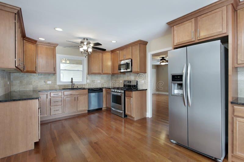Cucina con cabinetry di legno della ciliegia immagini stock libere da diritti