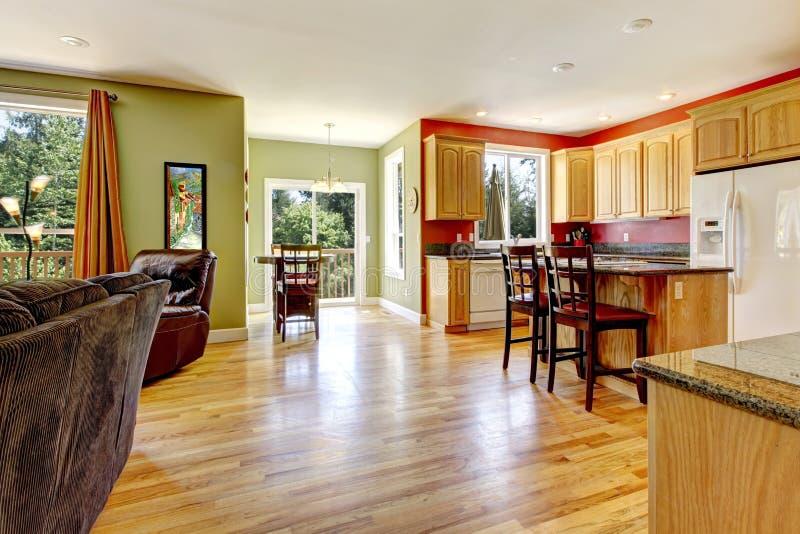 Cucina con il pavimento di legno sniny immagini stock