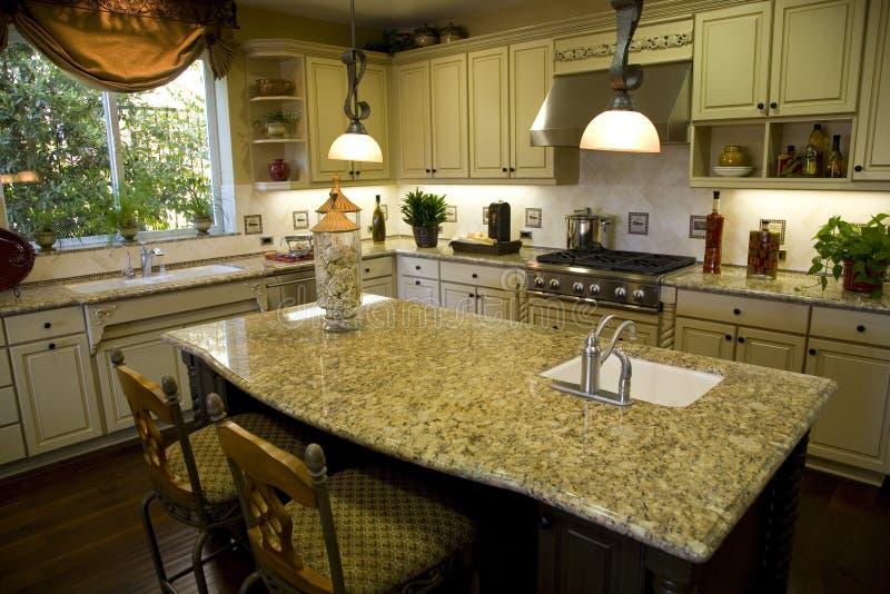 Cucina con l\'isola fotografia stock. Immagine di cabinetry - 3168880