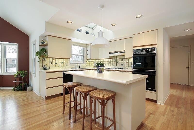 Cucina con l\'isola bianca fotografia stock. Immagine di isola - 12656980