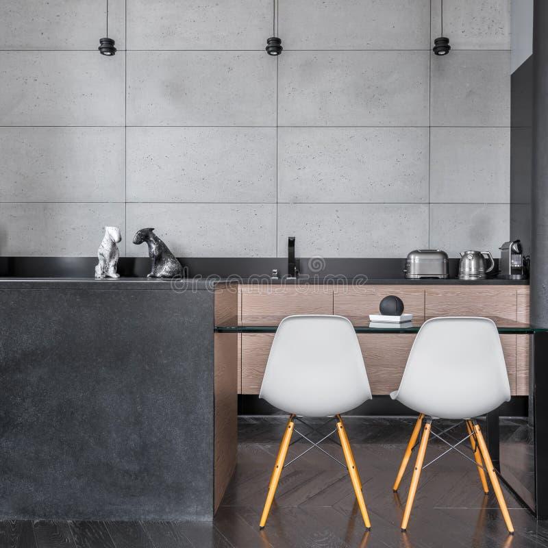 Cucina con le mattonelle grige della parete fotografie stock
