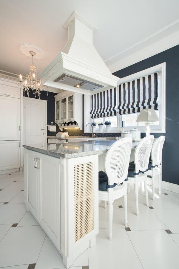 Cucina con sala da pranzo immagine stock. Immagine di fashionable ...