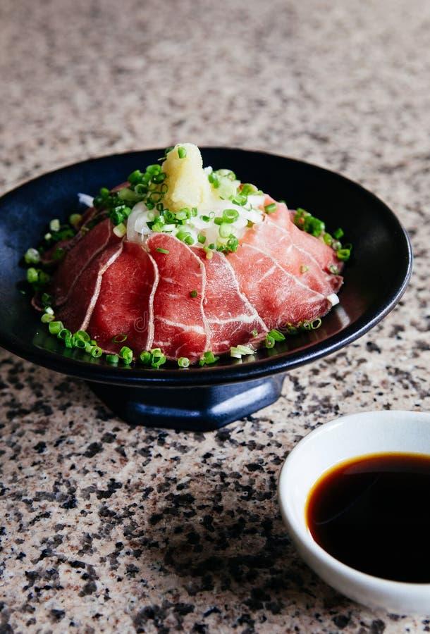 Cucina cruda del manzo di Tataki del giapponese con lo zenzero, cipolla, onio della molla fotografie stock libere da diritti