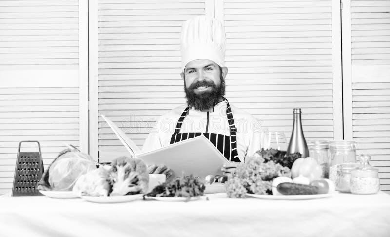 Cucina culinaria vitamina Insalata vegetariana con la verdura fresca Alimento biologico stante a dieta Uomo barbuto felice ricett immagini stock libere da diritti