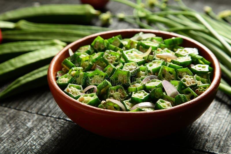 Cucina dell'asiatico della frittura di scalpore del gombo immagini stock