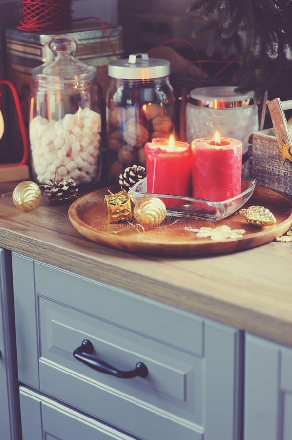 Cucina della casa di campagna decorata per il Natale e le feste del nuovo anno fotografie stock