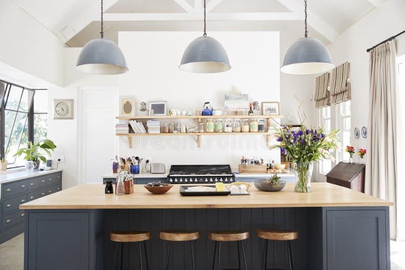Cucina della famiglia numerosa nella casa di conversione di periodo, diritto fotografie stock libere da diritti