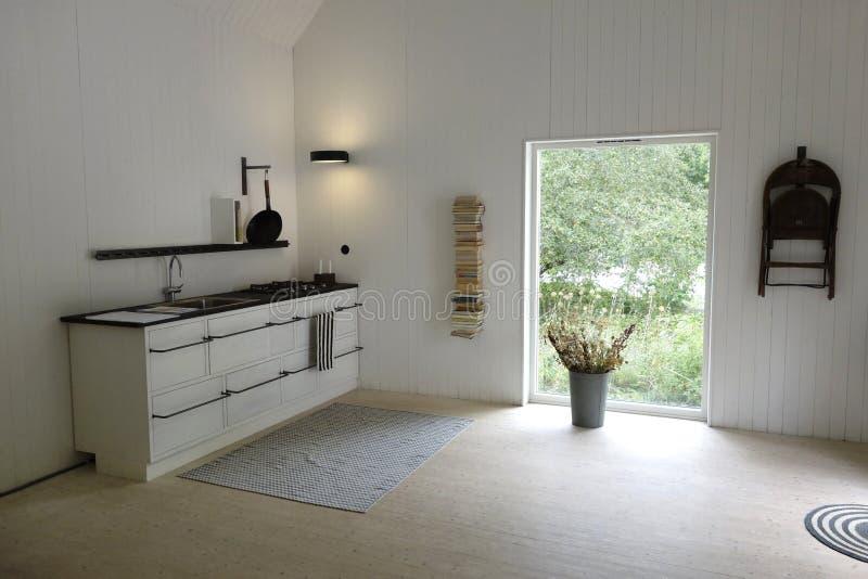 Cucina della luce naturale nella progettazione scandinava semplicistica immagine stock libera da diritti