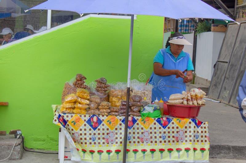 Cucina della via nell'Ecuador, alimento di vendita di Equatorians, spuntini nazionali da cereale, griglia, popcorn, cereale fritt fotografia stock libera da diritti