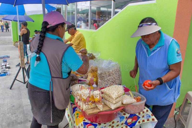 Cucina della via nell'Ecuador, alimento di vendita di Equatorians, spuntini nazionali da cereale, griglia, popcorn, cereale fritt fotografie stock libere da diritti
