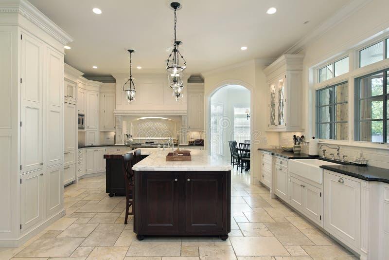 Cucina di lusso con cabinetry bianco fotografia stock