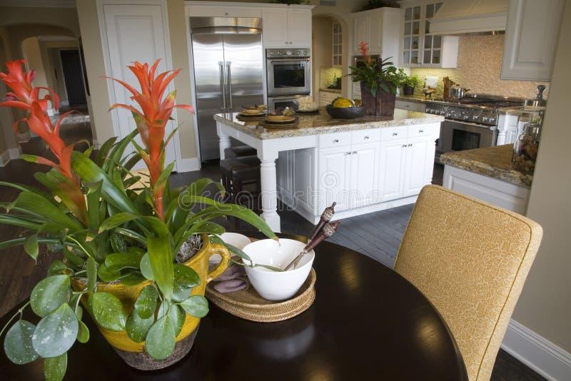 Cucina di lusso con la tabella. fotografia stock