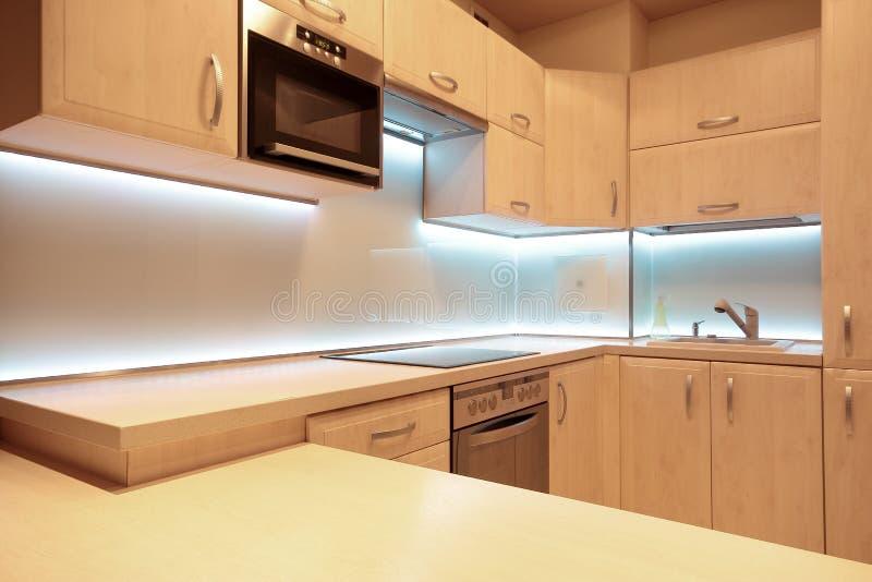 Cucina di lusso moderna con illuminazione bianca del LED fotografie stock libere da diritti