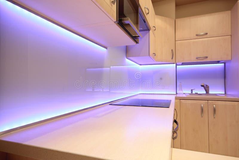 Cucina di lusso moderna con illuminazione porpora del LED fotografie stock libere da diritti