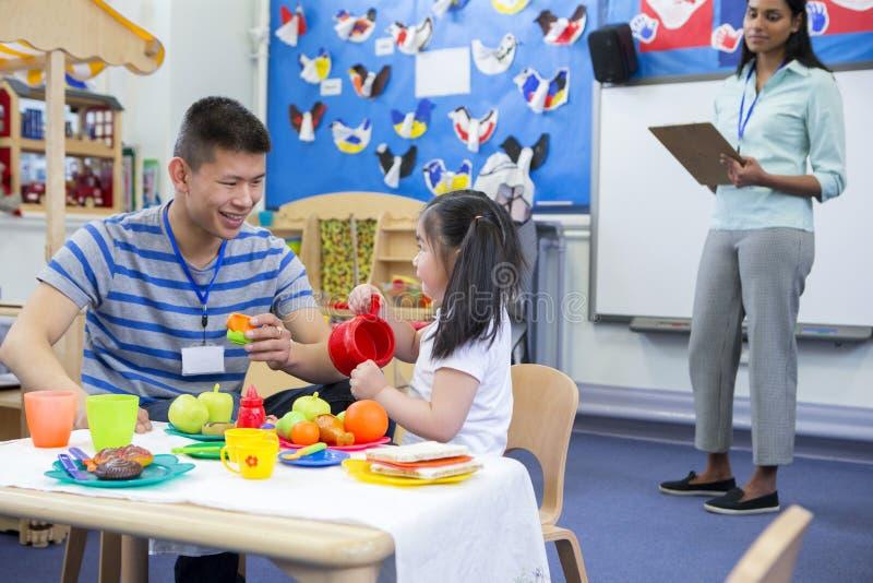Cucina di Roleplay alla scuola materna fotografia stock libera da diritti