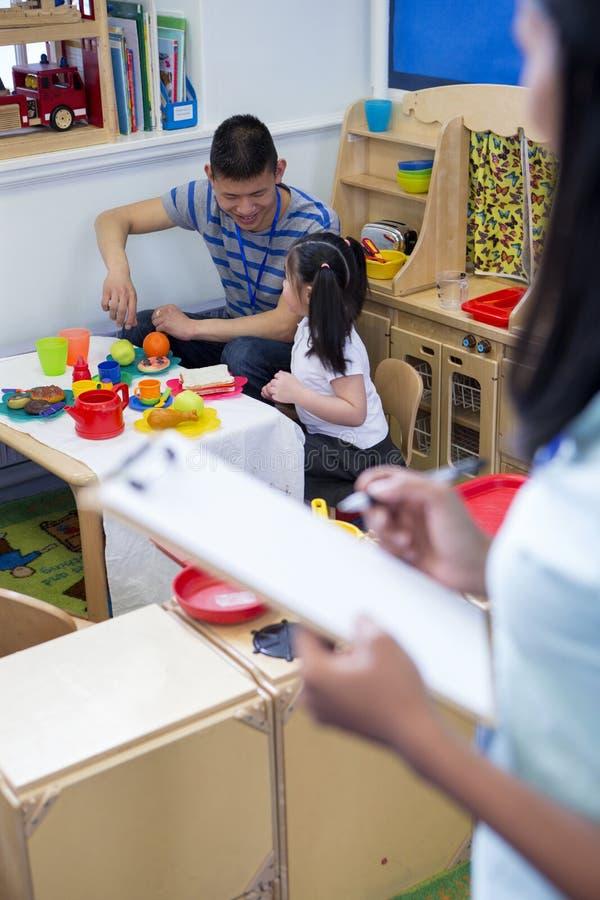 Cucina di Roleplay alla scuola materna fotografia stock