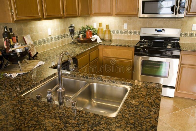 Cucina domestica di lusso. immagine stock
