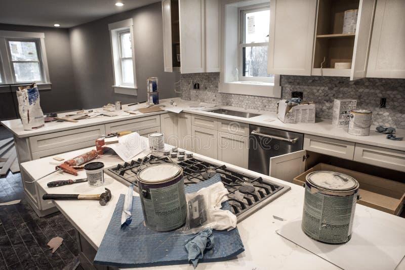Cucina domestica sudicia durante il ritocco del fissatore - tomaia con le porte dell'armadio da cucina fotografia stock libera da diritti